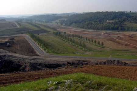"""Wo gestern noch mit Großgeräten der Uranerztagebautagebau Lichtenberg saniert wurde, zeichnen sich heute schon die Konturen der """"Lichtenberger Kante"""" als landschaftsarchitektonisches Großobjekt der BUGA 2007 ab (Foto: J. Rascher)."""