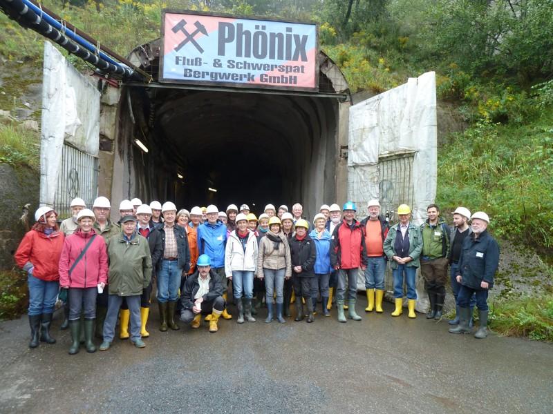"""Die Exkursionsgruppe am Mundloch der Fahrwendel des """"Phönix""""-Flussspatbergwerkes"""