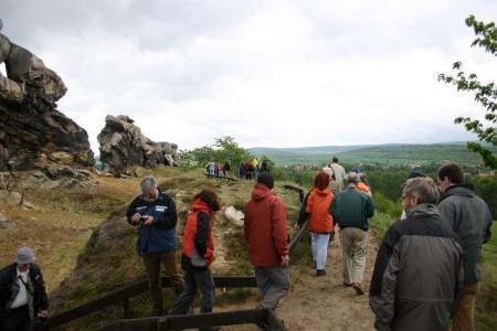 """Die Exkursionsgruppe an der Teufelsmauer bei Neinstedt, einem bereits 1833 als """"seltene Natursehenswürdigkeit"""" unter Schutz gestellter Felszug aus kretazischem Heidelbergsandstein."""