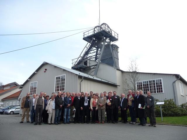 Die Tagungsteilnehmer vor dem Kaiser Wilhelm II-Schacht in Clausthal, Tagungsort des 32. Treffens des AK Bergbaufolgen (Foto: J. Rascher)