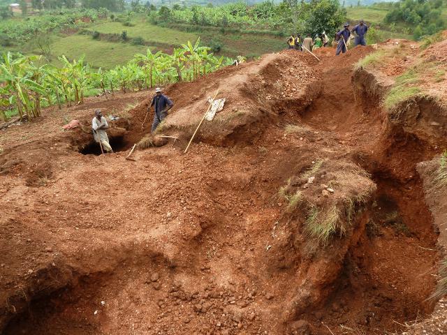 """Coltan-Kleinbergbau in Zentralafrika: """"un""""-nachaltige Gewinnung von Tantal für europäische Handys (Foto: beak consultants GmbH Freiberg)"""
