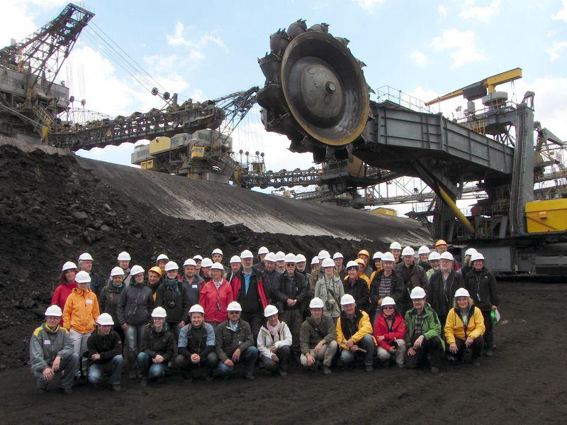 Die Exkursionsgruppe vor der Gewinnungstechnik im Vattenfall-Braunkohlentagebau Cottbus-Nord, der im Dezember 2015 nach 34 Jahren Kohlenförderung planmäßig außer Betrieb gehen wird (Foto: Glaschker).