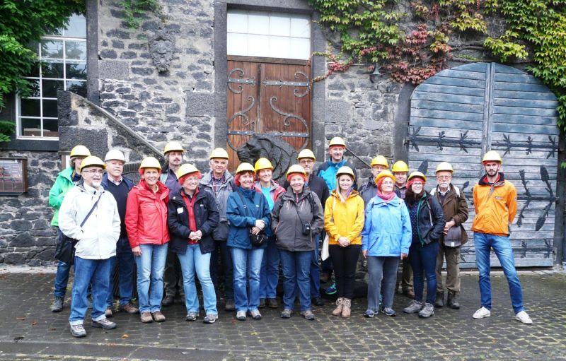 Die Exkursionsgruppe vor dem Eingang zu den historischen Lavakellern Mendig (Foto: Peter Wolf, privat).