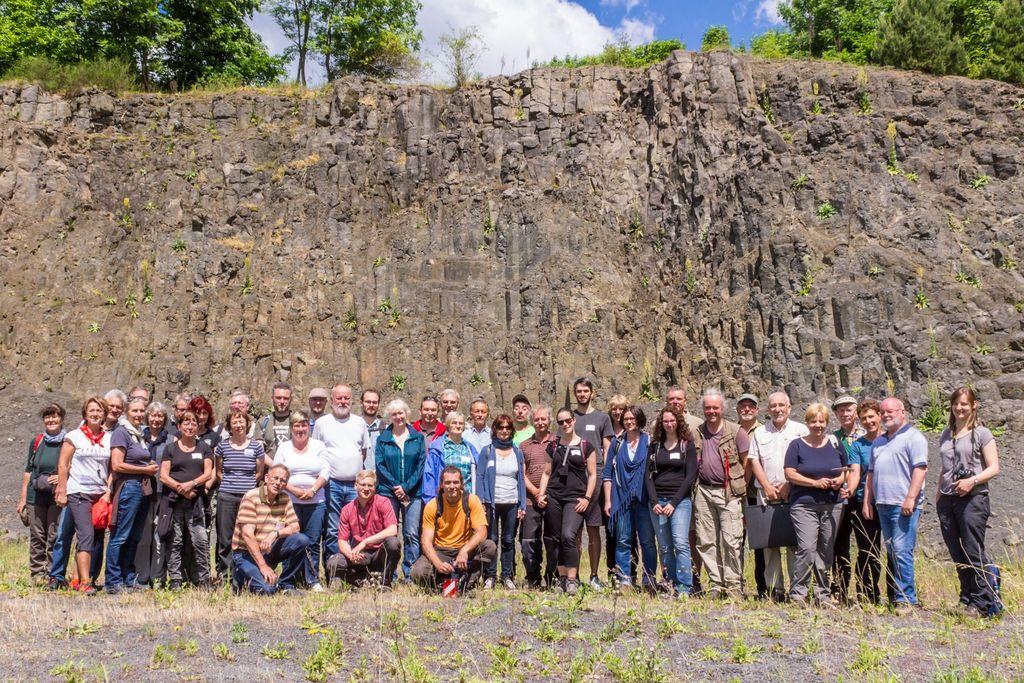 Die Exkursionsgruppe vor der der Gewinnungsböschung im Tontagebau Guttau der P-D Industriegesellschaft mbH (Foto: Strehle)
