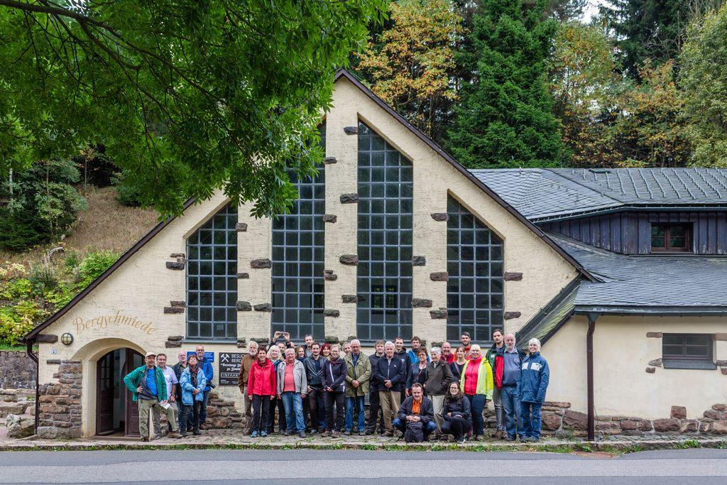 Exkursionsgruppe vor der ehemaligen Bergschmiede des Tiefen Bünau Stolln in Altenberg