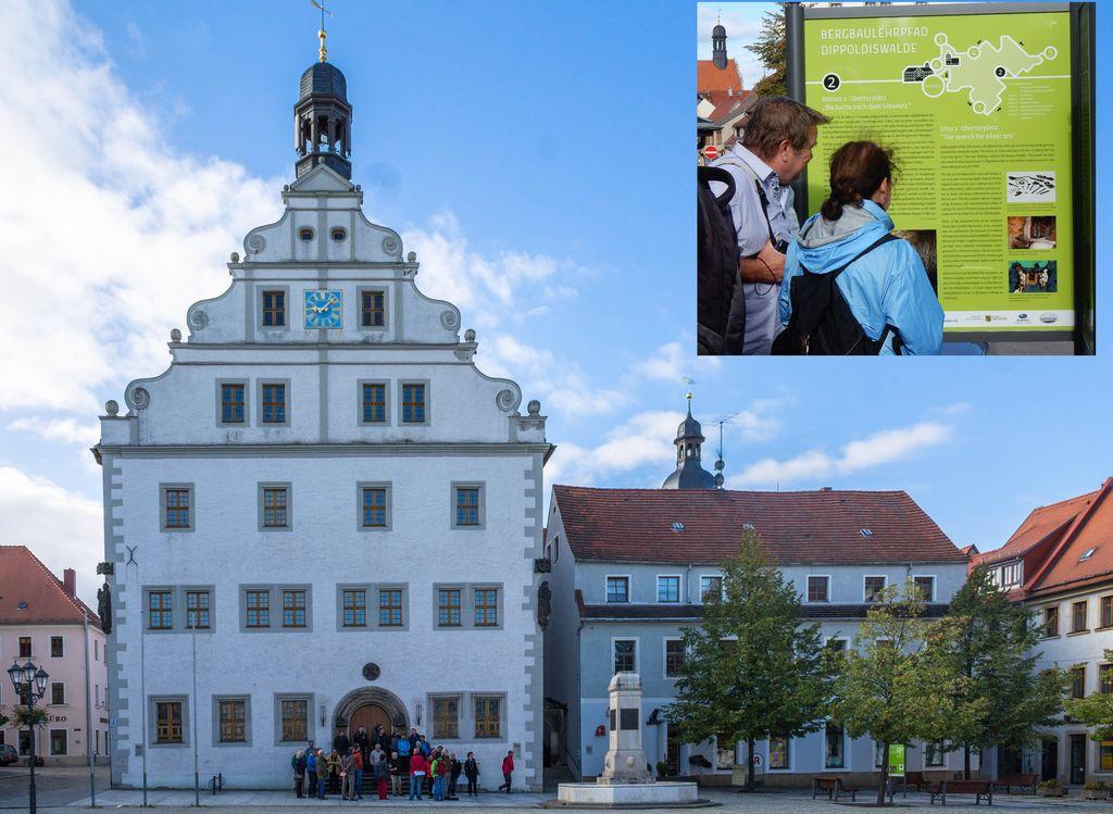Exkursionsgruppe vor dem Rathaus der Bergstadt Dippoldiswalde und eine Tafel des dortigen Bergbaulehrpfades (kleines Bild)