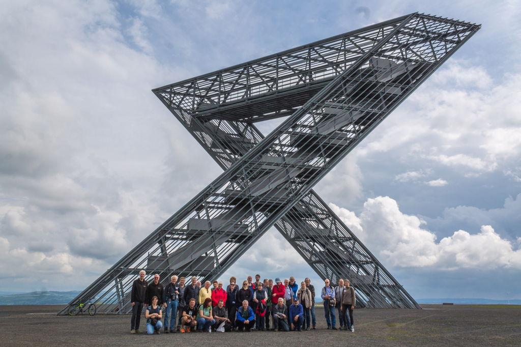 """Die Tagungsteilnehmer vor dem """"Saarpolygon"""" auf der Bergehalde der Grube Ensorf (Foto: H. Gerschel)"""