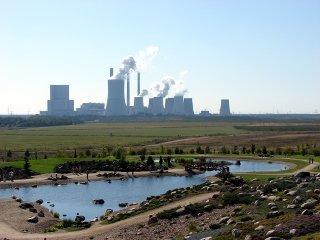 Braunkohlenkraftwerk Boxberg/Oberlausitz, im Vordergrund rekultivierte Kippenflächen