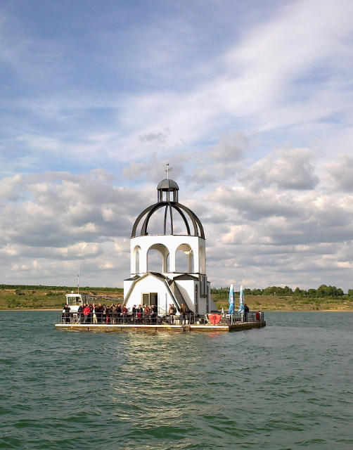 """""""Vineta"""", ein schwimmendes Kunstobjekt zur Erinnerung an überbaggerte Dörfer, auf dem Störmthaler See (ehemaliger Braunkohlentagebau Espenhain bei Leipzig, 36. Treffen AKBF 2014, Foto H.Gerschel)"""